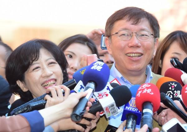 台北市長柯文哲(右)的夫人陳佩琪(左)在臉書自爆,自從柯文哲投入選舉以來,陸續發生的MG149爭議、紅酒PO文、臉書內容等事件,都讓夫妻爭執不斷上演。(資料照,記者陳志曲攝)