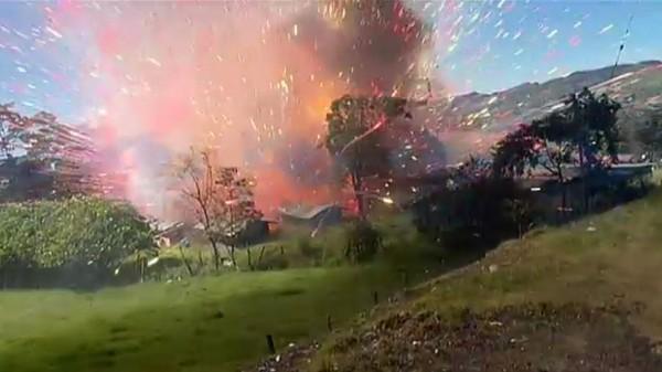 哥倫比亞一間爆竹工廠日前發生了爆炸事件,所幸無人喪生。(圖擷自NBC)