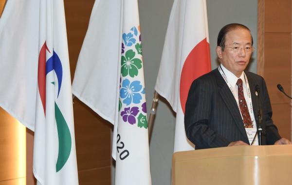 2020年奧運將在東京盛大舉行,但東京將建造的主場館「新國立競技場」卻不斷遭到詬病。圖為東京奧運主要執行官員發表談話。(圖片取自法新社)