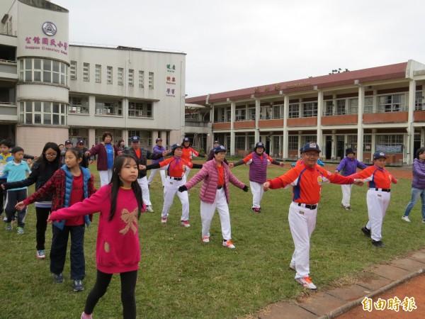 後埤社區長青學堂與後埤土豆棒球隊隊員,與公館國小學生一起跳健康操。(記者王揚宇攝)