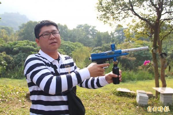 高雄市農業局前往美濃區黃蝶翠谷,示範以漆彈槍趨猴。(記者陳祐誠攝)