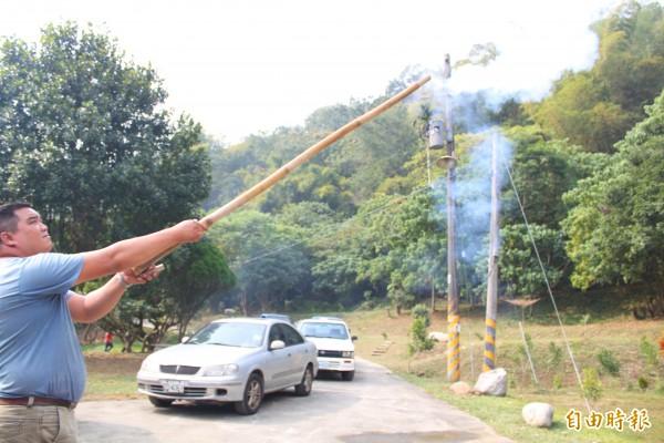 農民拿出自製的大型沖天炮,示範如何驅離猴群。(記者陳祐誠攝)