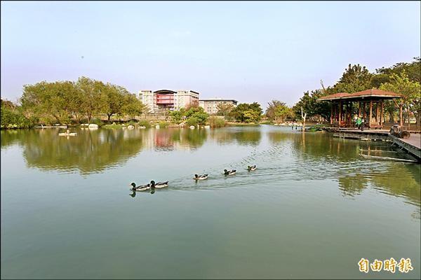 高雄大學校園人氣景點生態湖。(記者蔡清華攝)