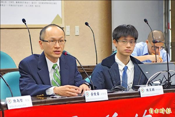 台大副教授黃俊豪(左)與學生陳昱穎(右)研究發現,時間無法沖淡霸凌傷害,論文獲《兒科醫學期刊》刊登。(記者吳柏軒攝)