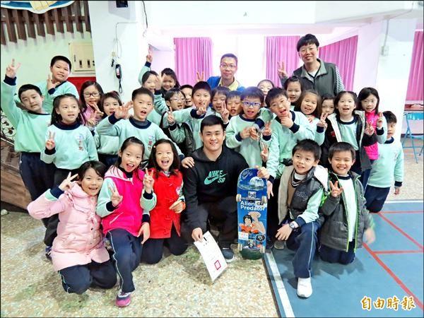 建功國小3年1班學童自己寫企畫,找老師進校園上課,成功請到滑板高手陳啟紋(前排中黑衣者),與學童分享玩滑板心路歷程。(記者蘇孟娟攝)