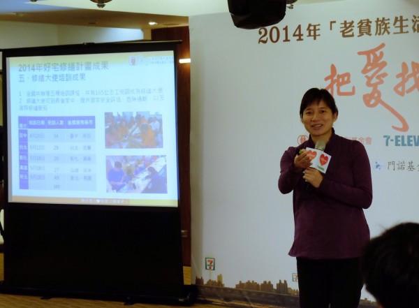 弘道老人福利基金會林依瑩執行長,分享幫老貧族修繕房屋的經驗。(記者陳炳宏攝)