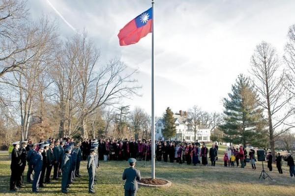 美國務院發言人莎琪表示,升旗事件違反雙方對執行非官方關係的諒解。圖為台北駐美代表處今年在雙橡園舉行元旦升旗典禮。(資料照,駐美代表處提供)