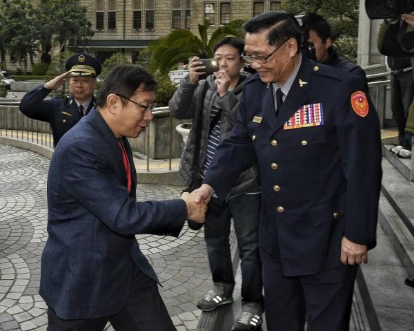 台北市長柯文哲上午到台北市警局視察,局長黃昇勇到門口迎接。(記者陳志曲攝)