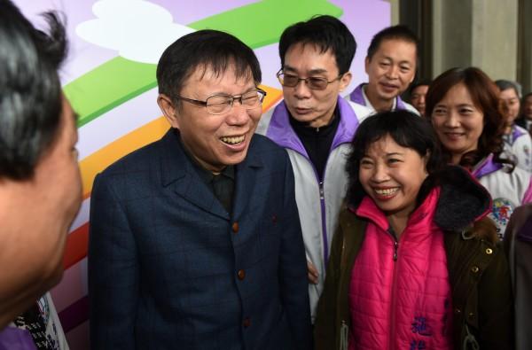 台北市長柯文哲(左)日前向媒體透露,有意拿選舉補助款,來還清父親借他的房貸,引發外界熱議。柯文哲今天表示,有考慮過的原因,在於妻子陳佩琪哭訴房貸還很多。(記者簡榮豐攝)