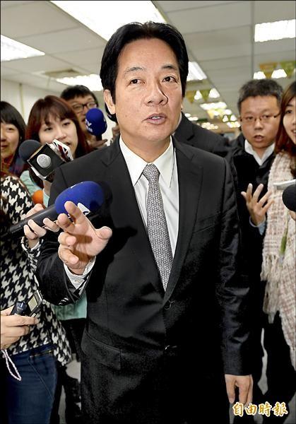 台南市長賴清德出席民進黨中常會,針對不進台南市議會的決定作說明,他會後受訪時強調,為了捍衛台南市的尊嚴,不計毀譽,一切責任由他個人承擔。(記者林正堃攝)