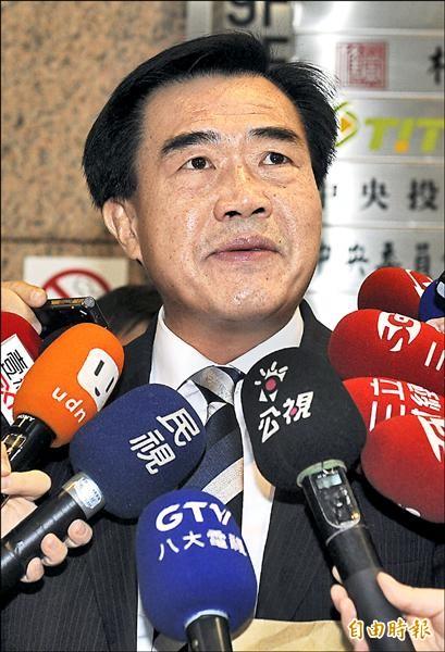 台南市議會議長李全教昨在國民黨中常會前受訪時,重申絕無賄選。他並強調,如果台南市長賴清德真有如此巨大的司法關係,可讓他被判當選無效,他會以死明志。(記者簡榮豐攝)