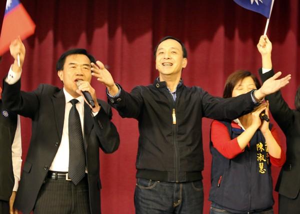 圖為參選國民黨主席的新北市長朱立倫(中),1月4日在台南發表政見,並和台南市議長李全教(左)大唱「你是我的兄弟」。(中央社資料照)