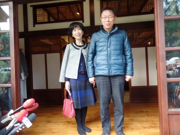 陳佩琪(左)表示,當初只是想提醒柯文哲(右)先還跟爸爸借來的錢,沒想到引起社會反感,她針對這個「不當的idea」向大家道歉。(記者郭安家攝)