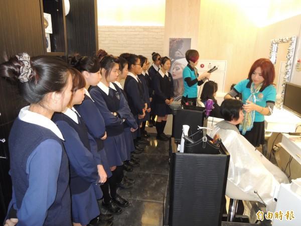 兩位在米蘭髮型服務多年的長榮女中校友為當年女老師設計髮型。長女學妹們在一旁觀摩。(記者王俊忠攝)