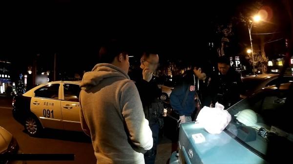 警方在鄭男所駕駛的自小客車後車廂,搜出大量K他命(記者姜翔翻攝)