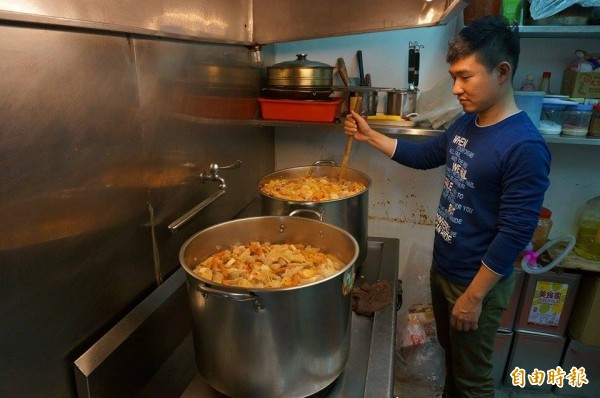 中和的一家火鍋店,因老闆受傷無法營業,遂提供食材、請來「人生百味」料理,並透過教會分送給弱勢,約足夠50人享用。(記者林郁姍攝)