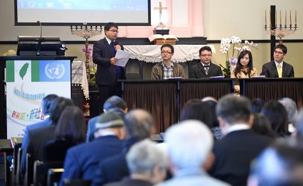 台灣聯合國協進會、台灣基督長老教會10日舉辦展望2015公義和平音樂祈禱大會,並由律師黃帝穎(上左一)、學運代表洪崇晏(上左二)等,就台灣青年的公共參與和未來的展望進行座談。(記者劉信德攝)