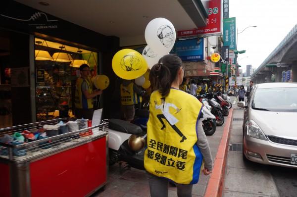 割闌尾志工掃街發放氣球。(割闌尾提供)