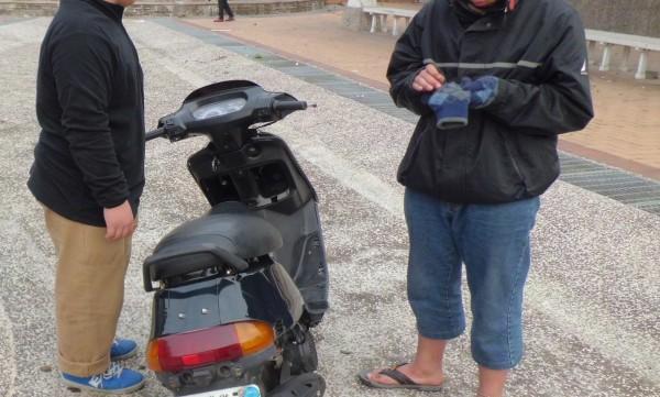 2名15歲少年在公園試騎失竊機車,被警方查獲。(記者林良昇翻攝)