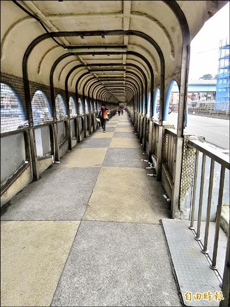 曾經因為斷橋事件引發全民關注的基隆市中山陸橋,最近被民眾發現橋梁被打針,市府表示,針筒內主要是環氧樹脂,用來修補裂縫。(記者俞肇福攝)