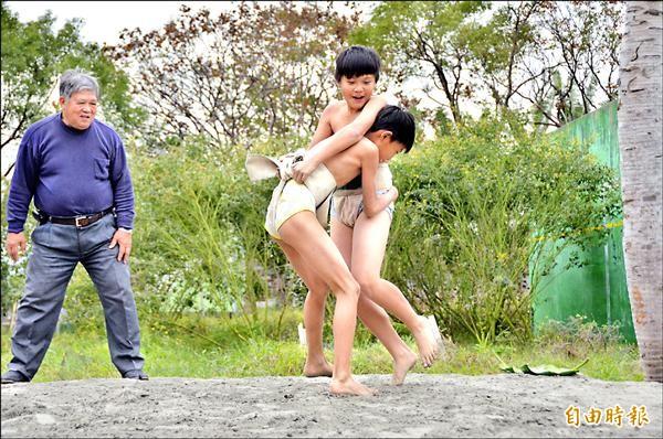 吉安鄉「米得路」研習,少年認真在長者指導下,進行阿美族「相撲」活動。(記者楊宜中攝)