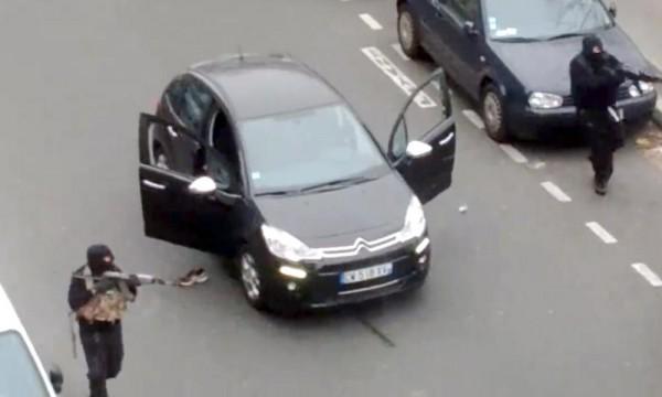 網路上流傳《查理週刊》槍手以「行刑式槍決」受傷警員的影片,不過該影片的上傳者卻相當後悔把影片放上網。(圖片擷取自《衛報》)