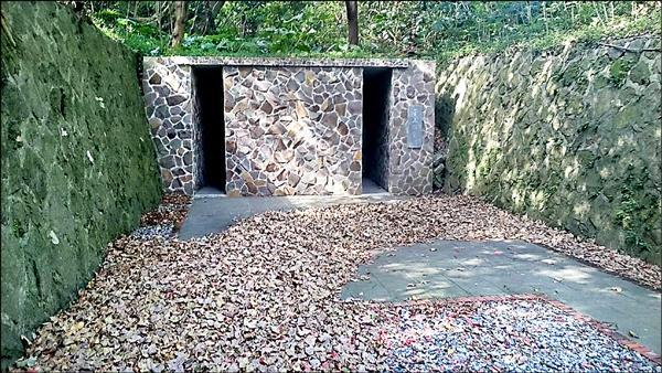 草山防空洞1號出口大門,為蔣公文化健行步道景點之一。(圖由李秋霞提供)
