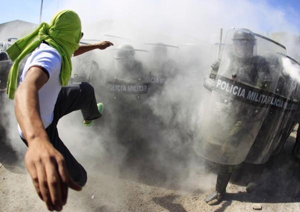 墨西哥示威民眾相信,43名遭綁架的學生仍存活,近日闖進伊瓜拉市的一處軍事基地要人,與警方發生衝突。(路透)