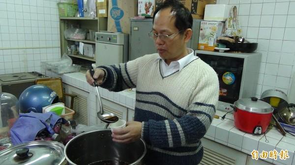雲林縣防疫所準備薑汁為工作人員補充體力驅寒。(記者林國賢攝)