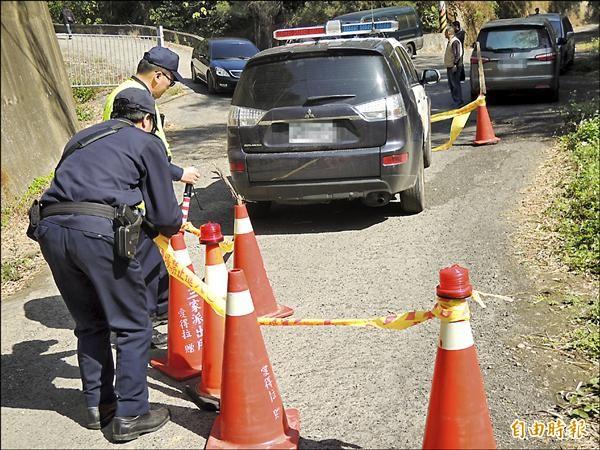 疑自殺警員林冠儒將警車停在靠近路中間,警方拉起封鎖線。(記者吳為恭攝)