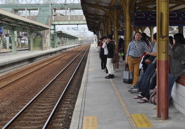 春節疏運2月中即將登場,台鐵、高鐵各加開455、366班次疏運。(資料照,記者李容萍攝)