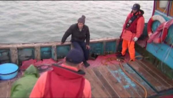 觸礁脫困的中國漁民被金門海巡隊帶回調查、偵訊。(圖源自金門海巡)