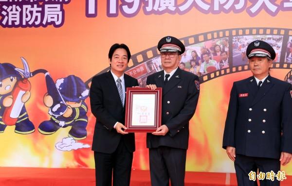 明天就是119消防節,台南市長賴清德(左)今天表揚南市義消第六大隊副大隊長呂公亮(左二)等消防和義消等32人,感謝他們的付出。(記者楊金城攝)