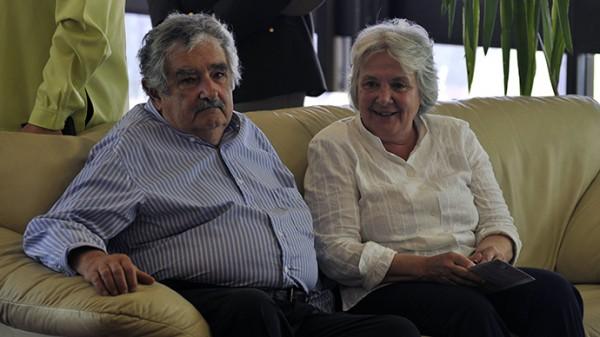 現年79歲烏拉圭總統穆希卡與其妻向來堅持過簡樸的生活,身家僅32萬餘美元,穩居於「全球最貧窮總統」的地位。(AFP)