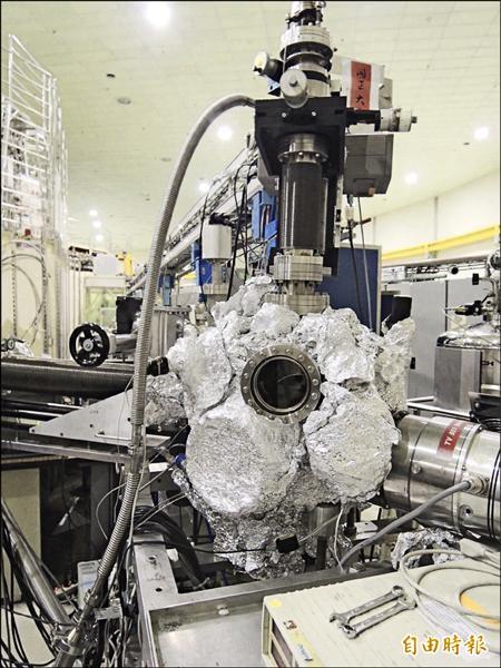 加速器光束線最後會連接到實驗站,科學家可以將樣品拿到顯微鏡下觀測。(記者湯佳玲攝)