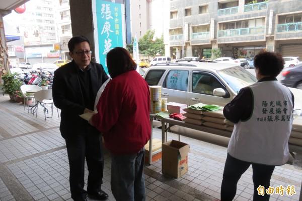 市議員張廖萬堅(左)今日與愛心企業合作發放白米及奶粉給弱勢家庭。(記者蘇金鳳攝)