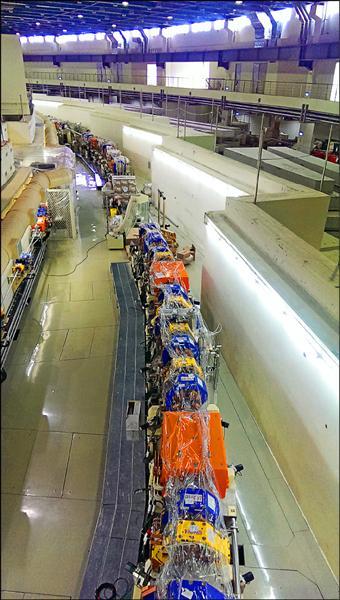 台灣光子源加速器白色外觀內,就是由橘色、藍色、黃色等各具功能的磁鐵環狀排列而成,大小磁鐵加總起來共達上千個。(國家同步輻射中心提供)
