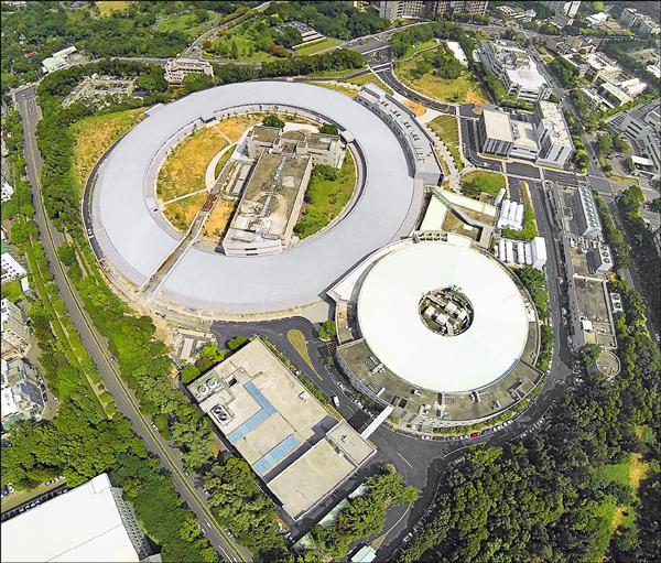 鳥瞰位在國家同步輻射中心的台灣光子源加速器(大環),與舊有的小型加速器(小環)。(國家同步輻射中心提供)