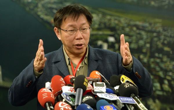 台北市長柯文哲針對鴻海集團在各報刊登頭版廣告,要求台北市政府48小時內公布資料,表示一切依法行事,痛批財團囂張。(記者林正堃攝)