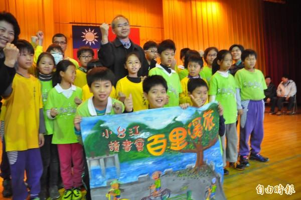 海佃國小「小台江」第5屆台江百里溪旅舉行授旗,將於下個月出發。(記者蔡文居攝)