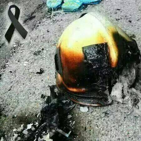 陳鳳翔臉書相簿中,有一張消防員在高雄氣爆中遺落的燒焦消防帽照片。(圖取自陳鳳翔臉書)