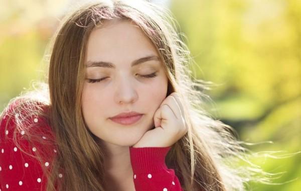 研究發現,閉上眼睛想事情的效果,會比睜開眼睛還要好。(擷自www.timeslive.co.za)