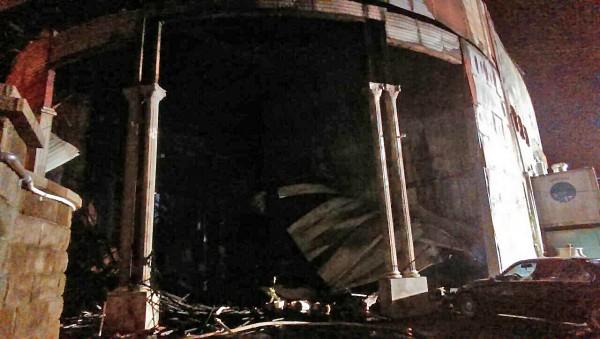 目前火勢已大致撲滅,現場燒得焦黑一片,消防人員仍在搜尋火場,了解有無其他傷亡。(記者鄭淑婷攝)