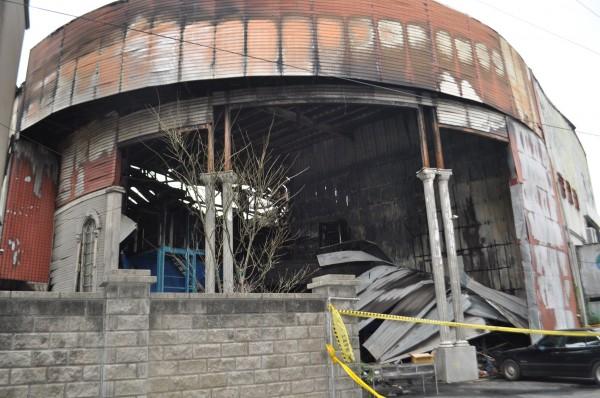 新屋保齡球館一場暗夜大火,奪走6位年輕不到30歲的生命,令人不勝唏噓。(記者李容萍攝)