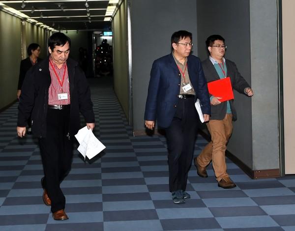 針對大巨蛋爭議,台北市長柯文哲(右二)21日與遠雄集團董事長趙藤雄會面,雙方並進行協商,最後決定重新議約。 (記者方賓照攝)