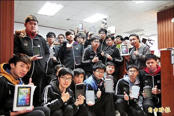 國立基隆高中發給高一生一人一台平板電腦,學生開心合影留念,紀錄此一開心時刻。(記者俞肇福攝)