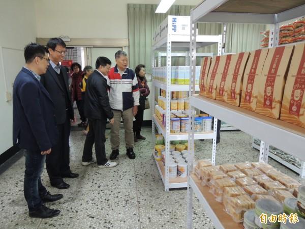 「高雄飛揚食物銀行」在和春技術學院開幕,受惠者可自由選取需要物資。(記者洪臣宏攝)
