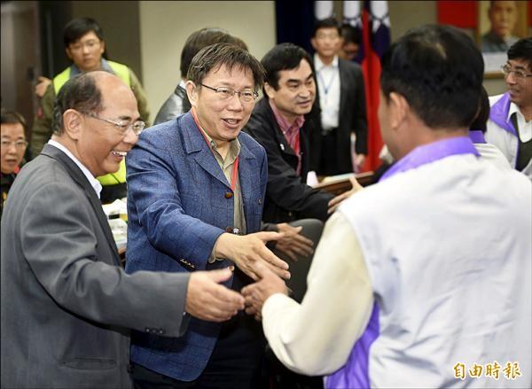 市長柯文哲(左二)廿一日與士林區里長進行市政座談會,並與里長握手致意。(記者方賓照攝)