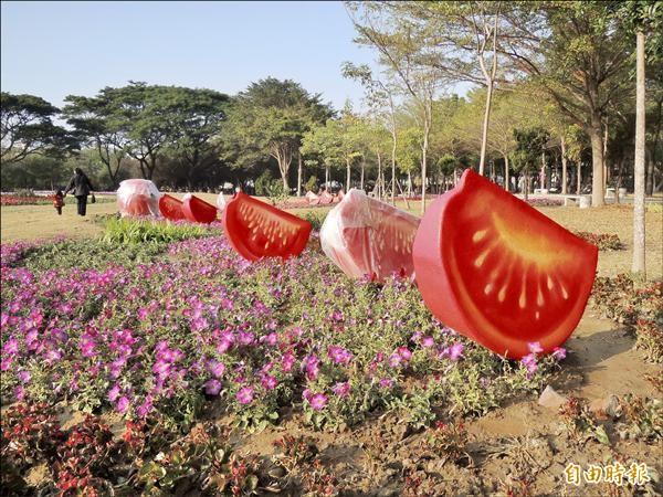 台南百花祭結合台南水果等農特產品的造型呈現。(記者蔡文居攝)