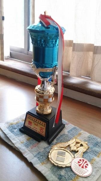 校長室內擺放的獎盃,也被林姓家長拿來當作攻擊工具。(記者江志雄翻攝)